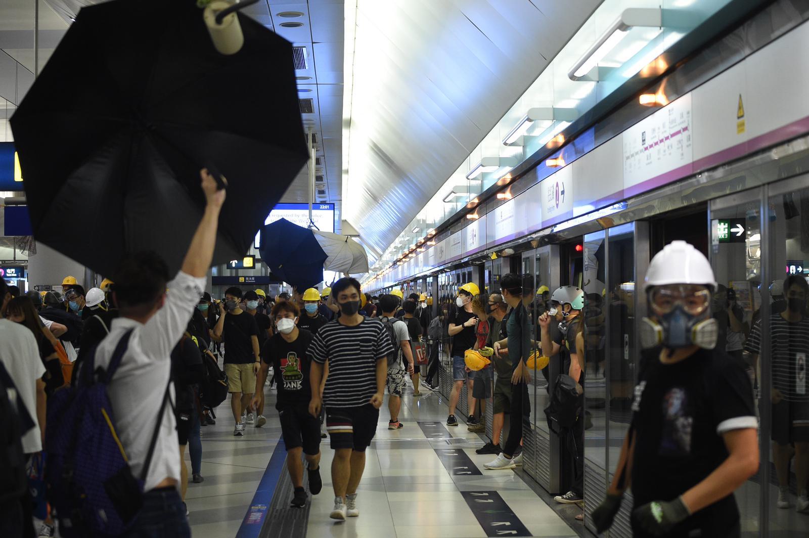 元朗站月台有示威者攔阻車門