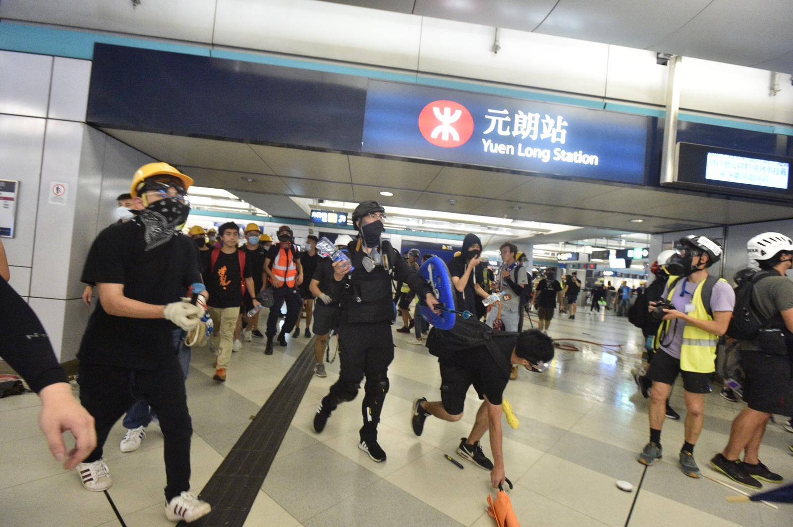 示威者退入西鐵站。