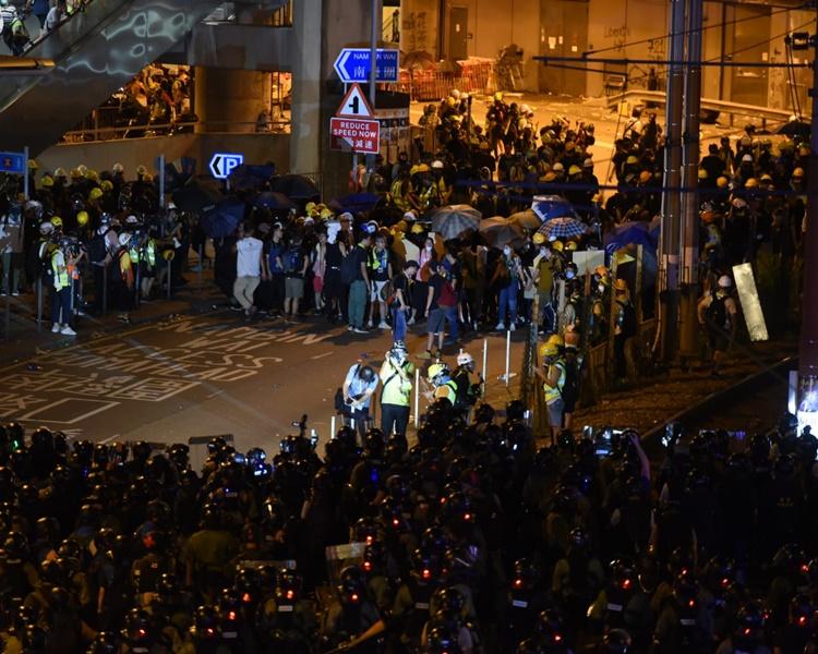 晚上警方開始驅散示威者,防暴警察及速龍小隊追入西鐵站,與示威者爆發混戰。
