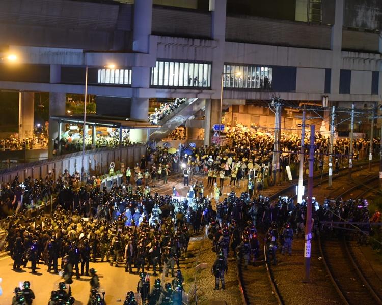 晚上警方開始驅散示威者。