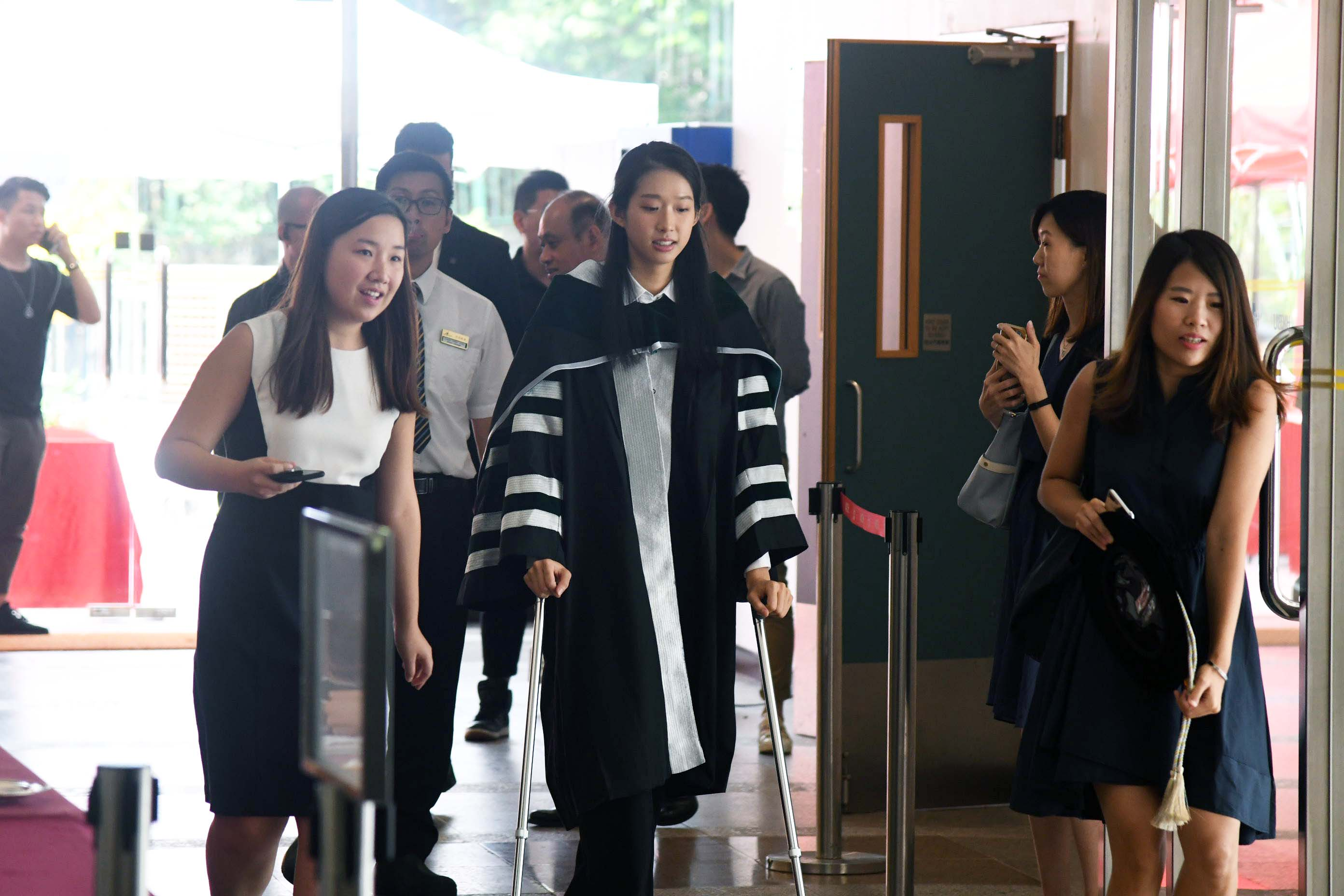 江旻憓上周六晚接受修補右膝十字韌帶斷裂手術,今午出席社會企業研究院院士頒授典禮,仍需撐著拐杖協助步行。郭晉朗攝