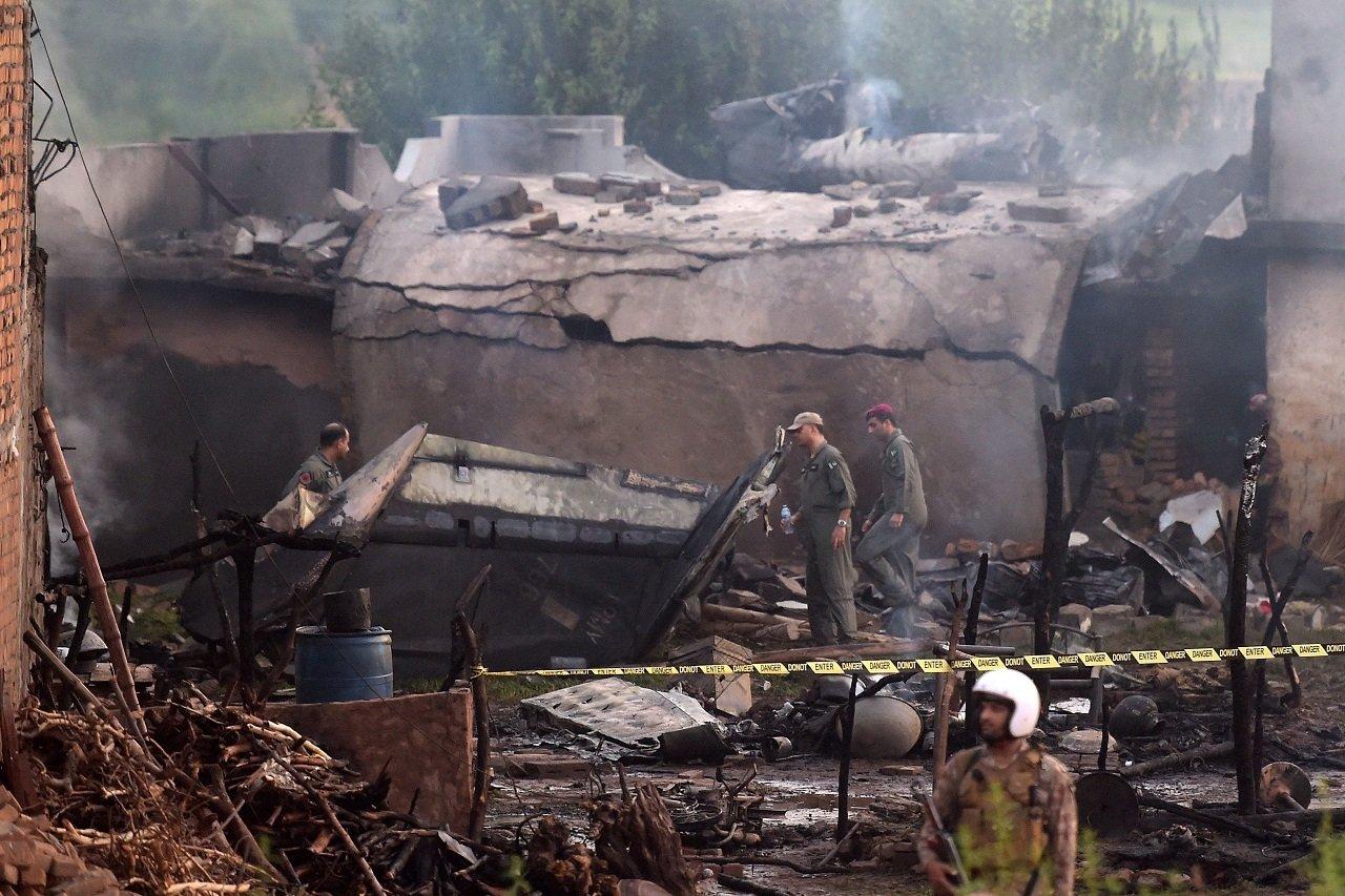 小型軍機墜落在拉瓦爾品第市郊的貧窮村落莫拉卡努村。