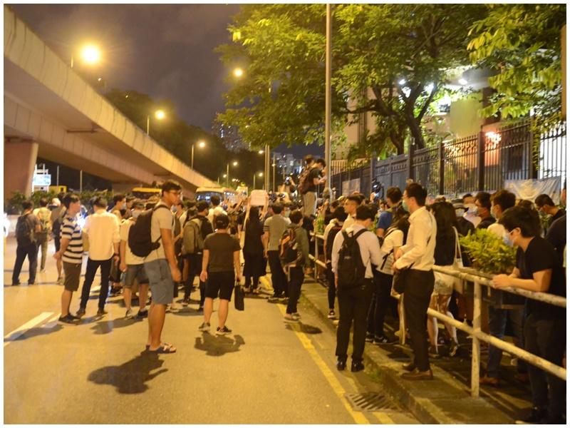 數百人聚集葵涌警署。