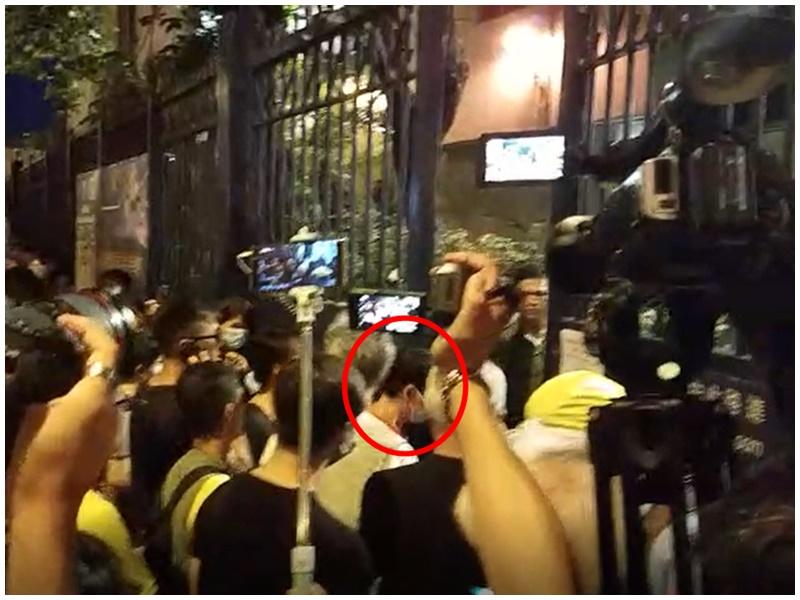 警方讓一名女子進入。(紅圈示)