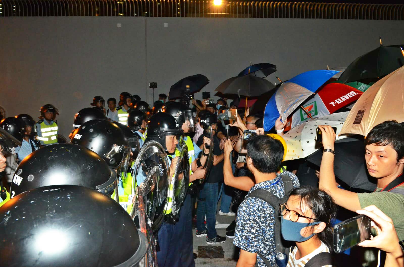 【逃犯條例】再有約700人要求「放人」 佔據馬路 葵涌警署落閘