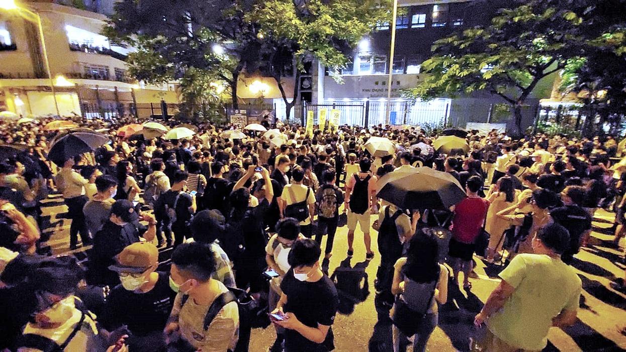 大批市民警署外聚集,要求「放人」。