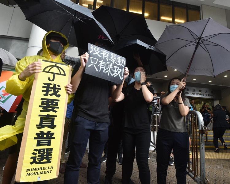 逾500人在法院外聲援。