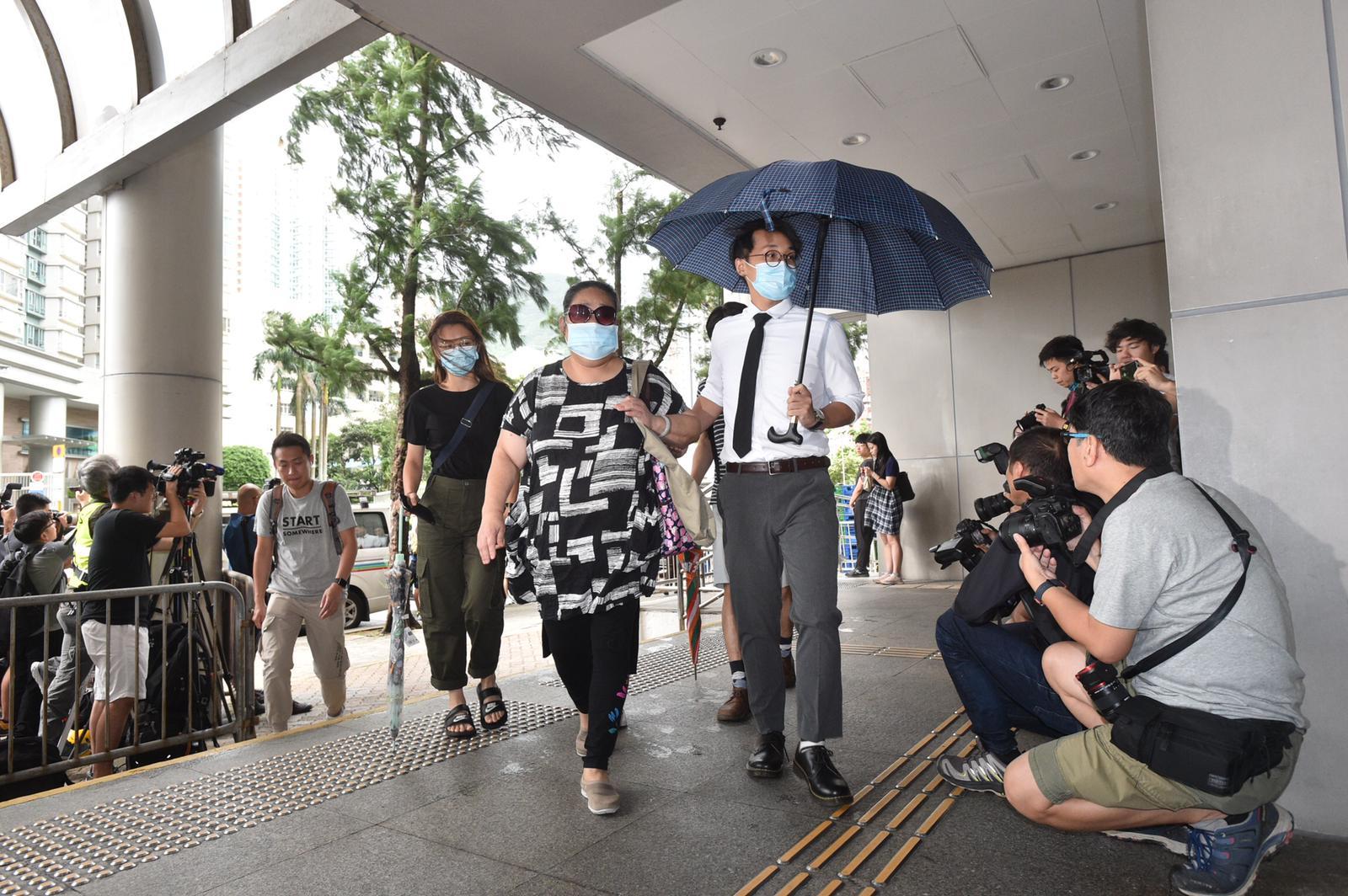 44名被告陸續抵達法院。