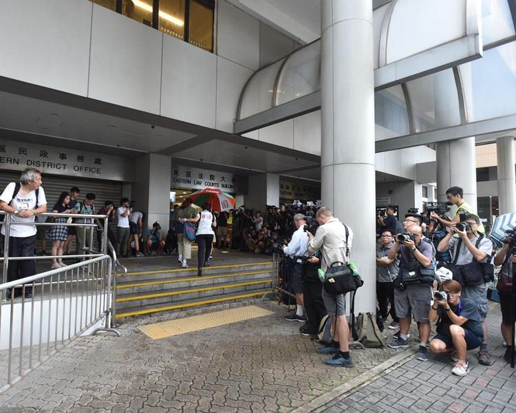 大批傳媒在法院外採訪。