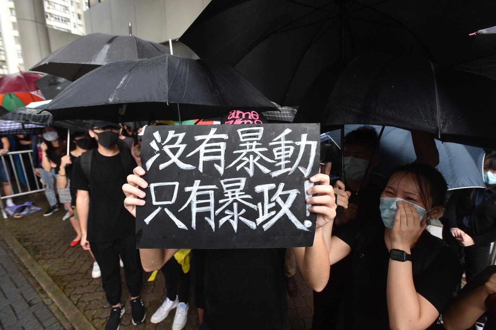 有示威者到場聲援被告。
