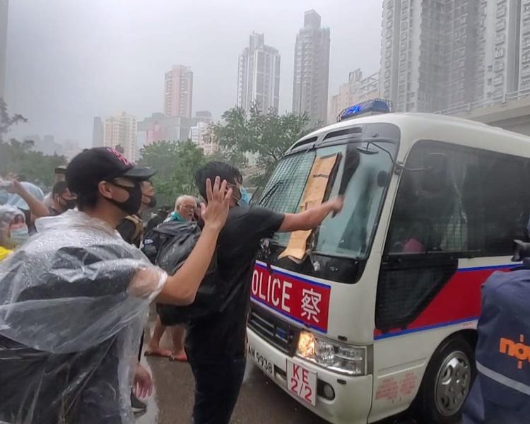 一批示威者包圍警方一輛小巴。梁國峰攝