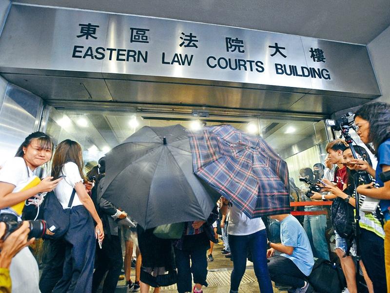 大批示威者於法院外集結,聲援各被告。