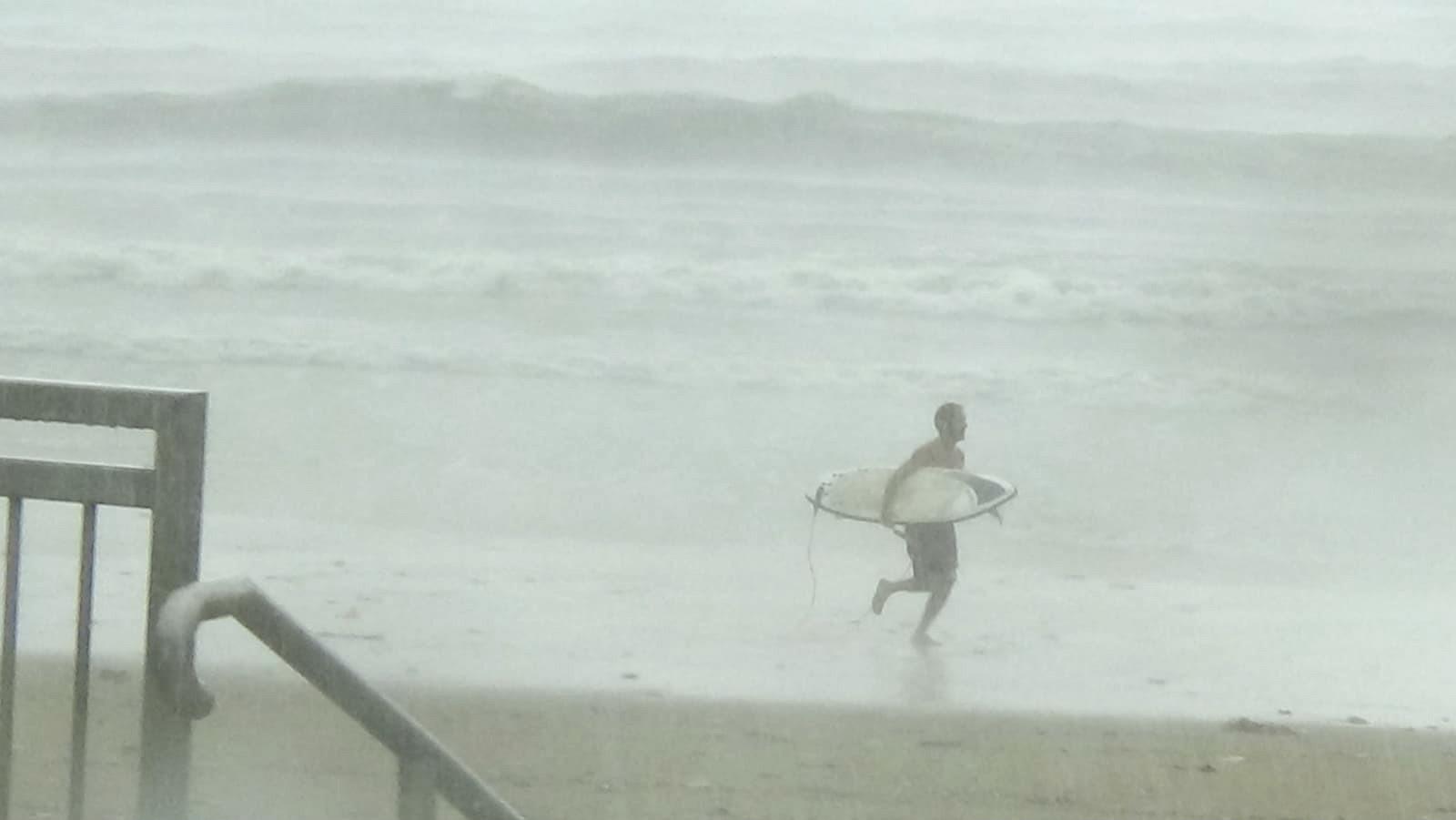 現場有人仍然落水滑浪。