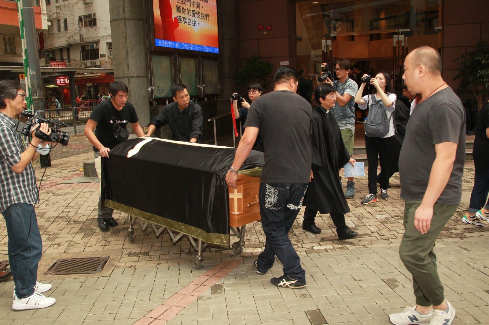 姚莉的靈柩奉移到柴灣哥連臣角火化。