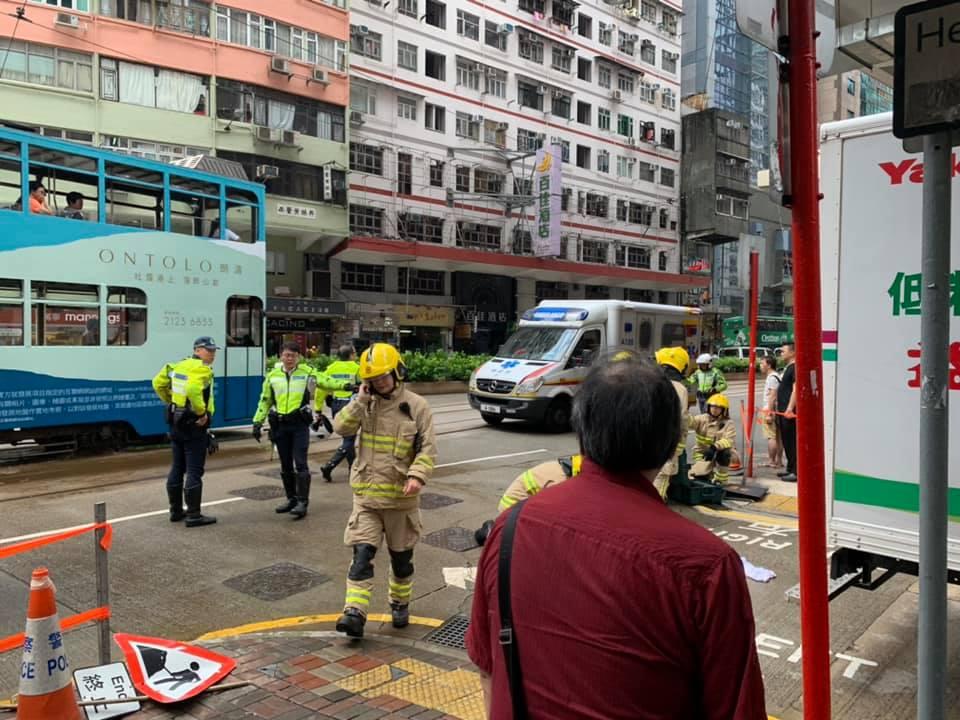 消防救出被困車底的女途人。 香港突發事故報料區FB/網民SKelvin MA圖