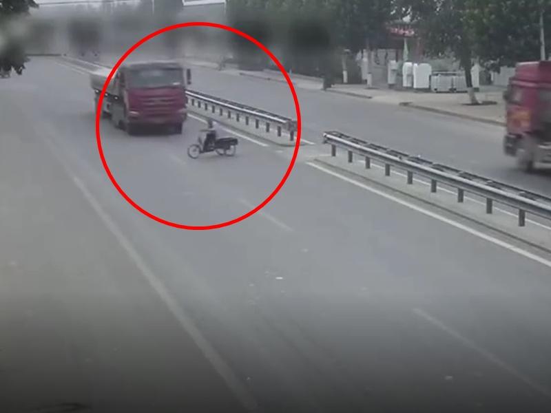 山東一名8旬老翁騎着三輪車橫越馬路時,遭一輛大貨車猛力撞擊。 影片截圖