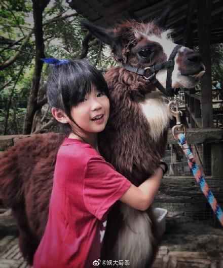 曹格曬出與女兒姐姐去動物園的照片。網圖