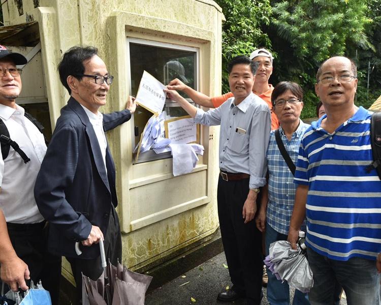 示威人士將抗議信放在領事館外的保安亭後離開。
