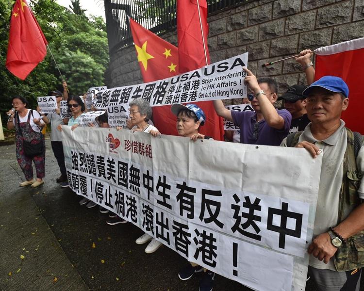 多批市民到先後到中環的美國駐港澳總領事館示威。