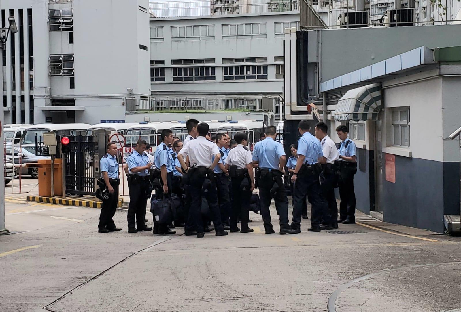 一批警員早上到場,準備處善後工作。