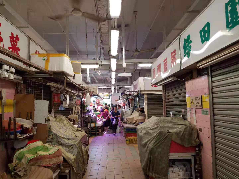士美菲路街市有多個攤檔沒有營業。讀者提供