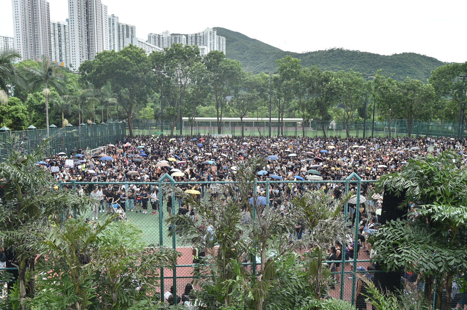 遊行於寶翠公園硬地球場起步。