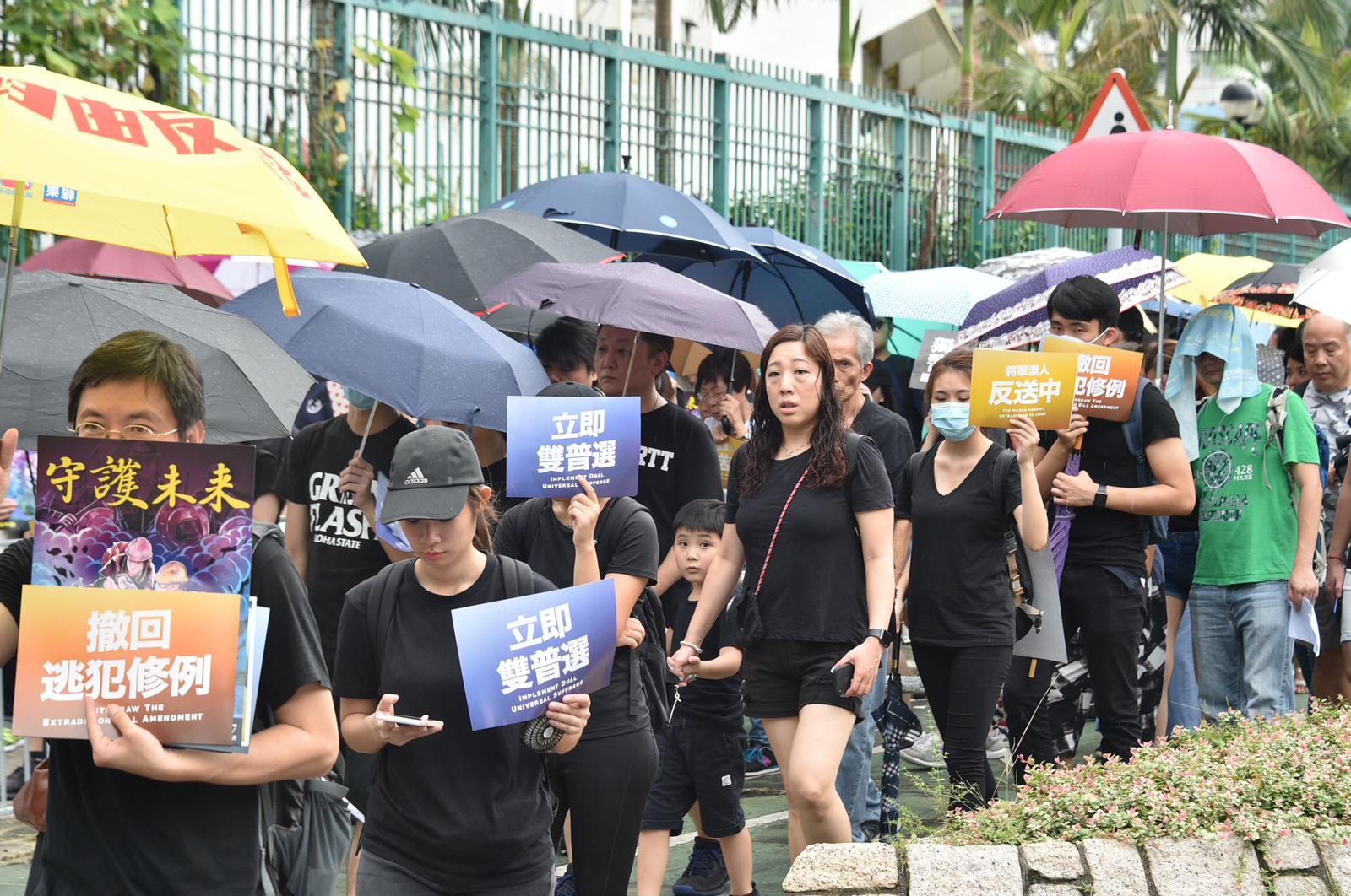 遊行人士大多穿上黑衣。