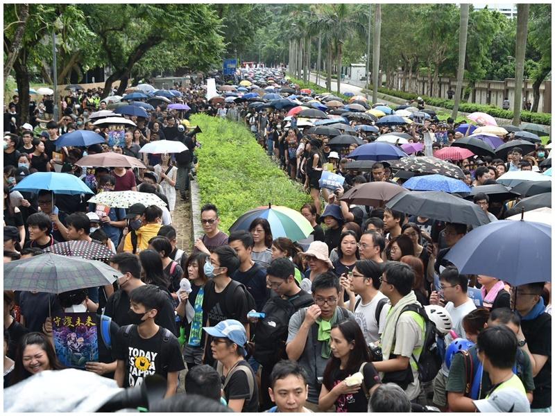 示威者佔用馬路。
