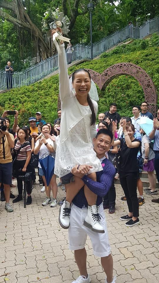 杜依蘭及湯偉雄於今日在金鐘紅棉道婚姻註冊處註冊結婚。吳文遠FB圖片
