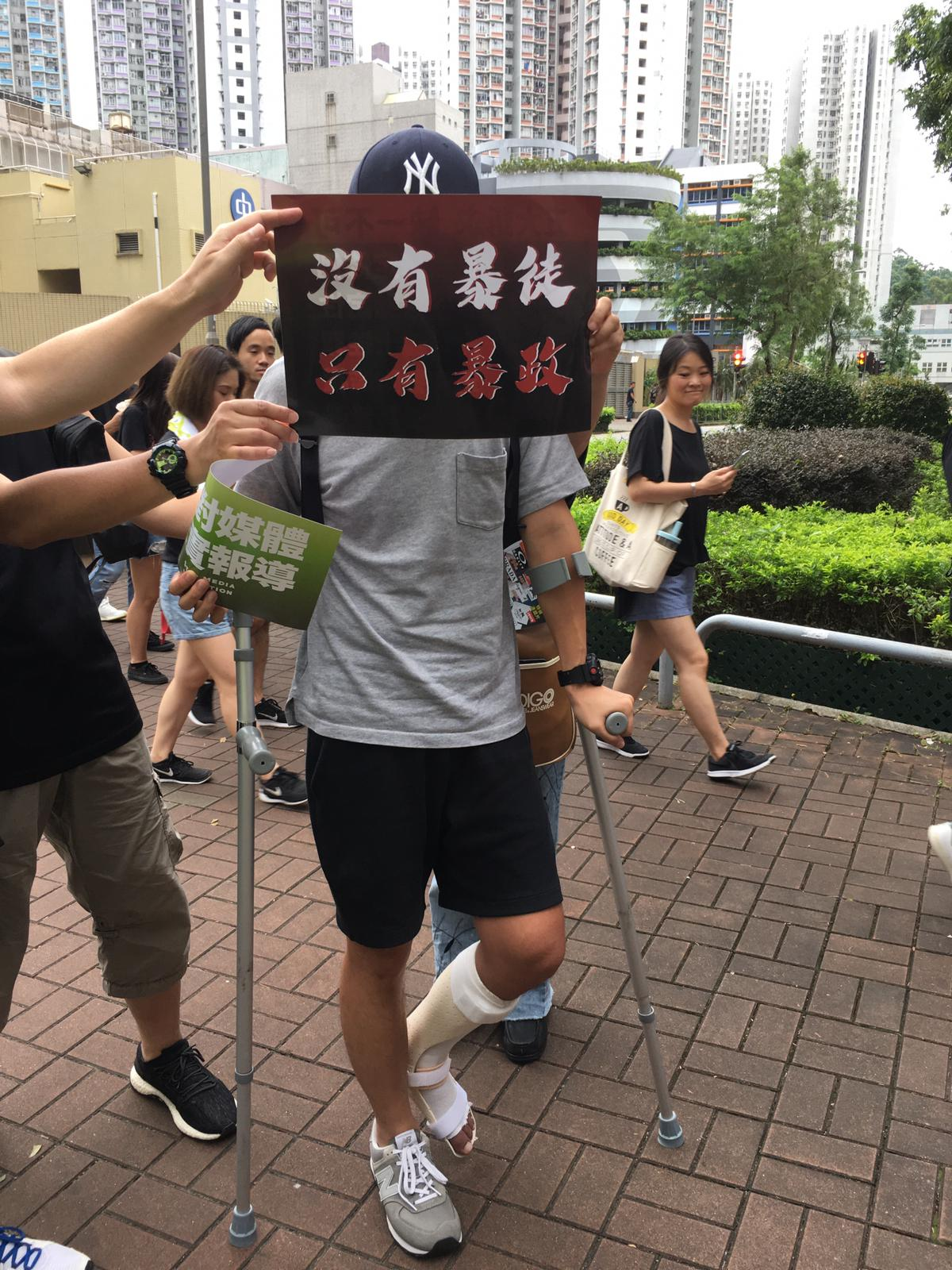 患有腳傷的市民Dicky持拐杖參與遊行。