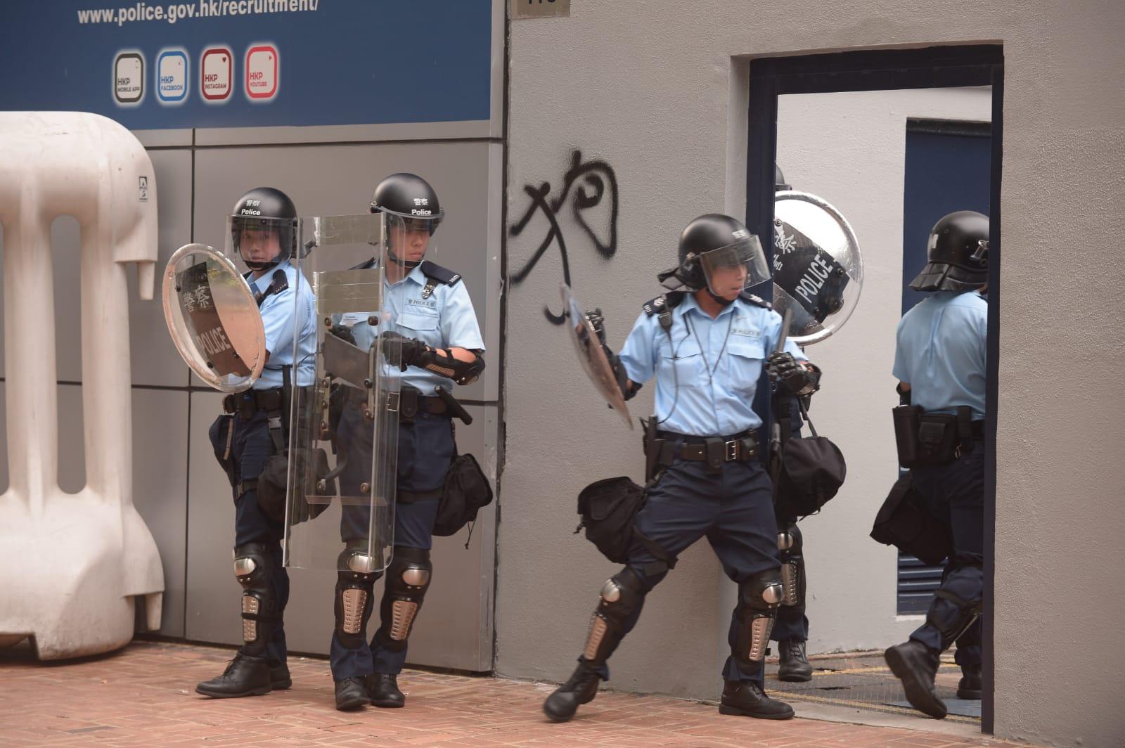 將軍澳警署防暴警驅趕示威者