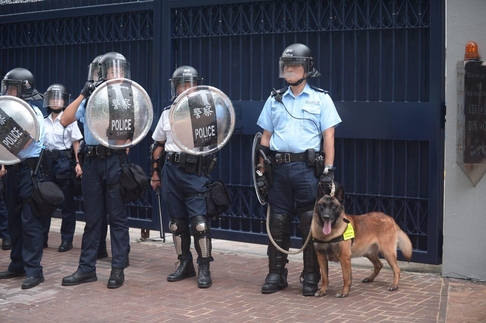 將軍澳警署防暴警拖警犬驅趕