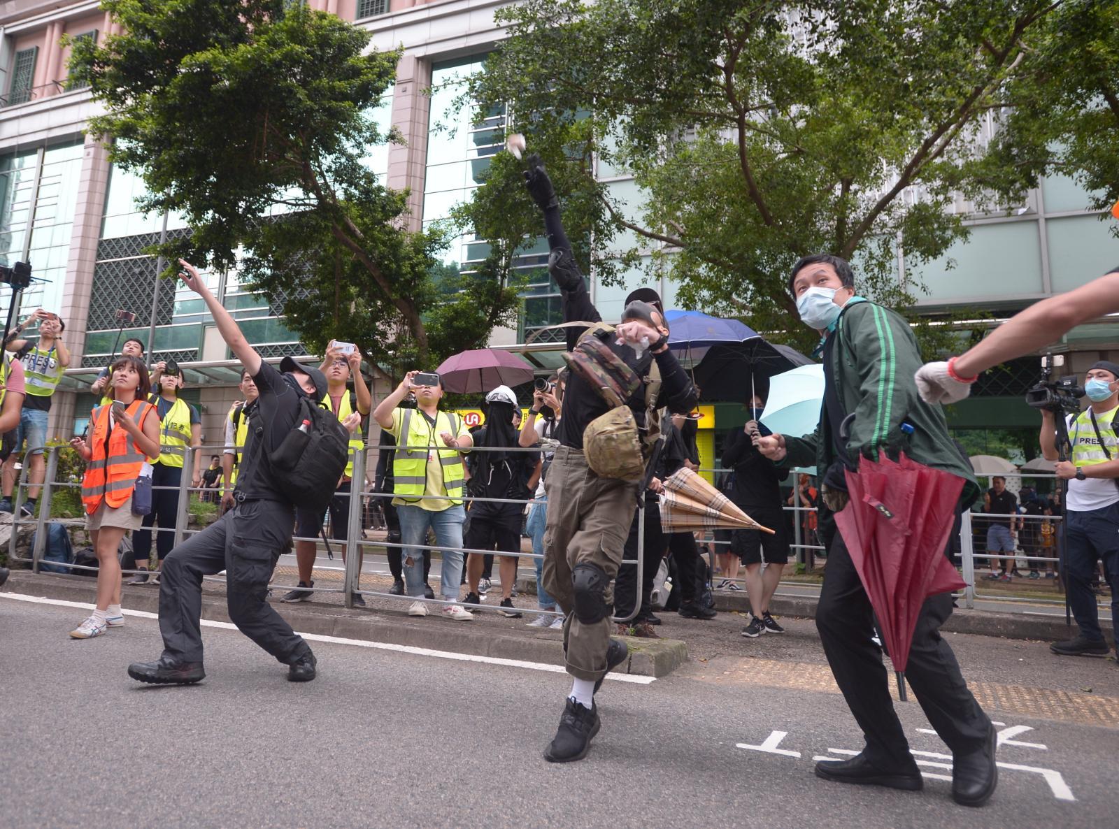 示威者投擲雞蛋及硬物
