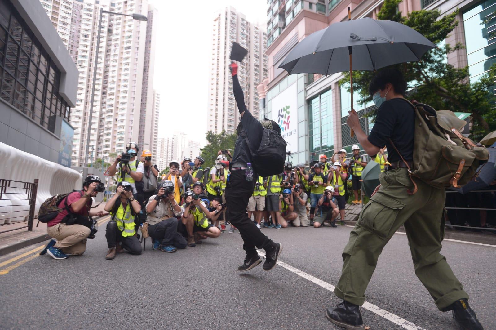 示威者投擲磚頭