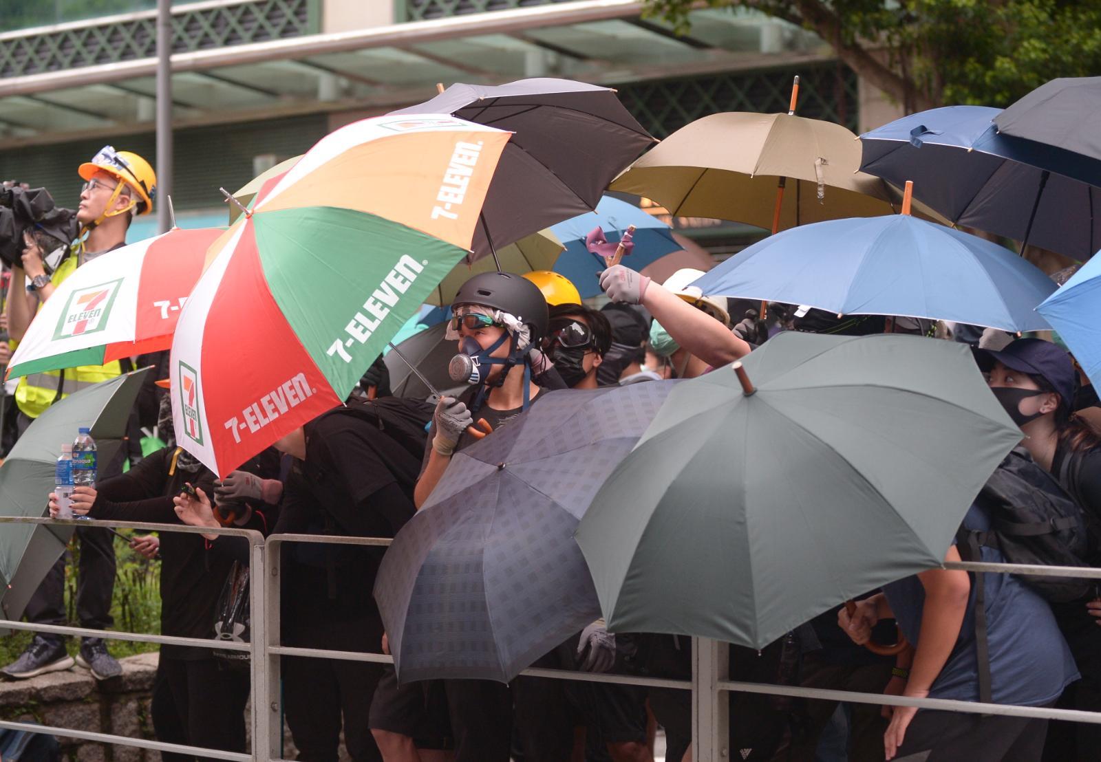 【將軍澳遊行】示威者擲磚頭砸爛警署玻璃窗 警方短時間驅散促立即離開