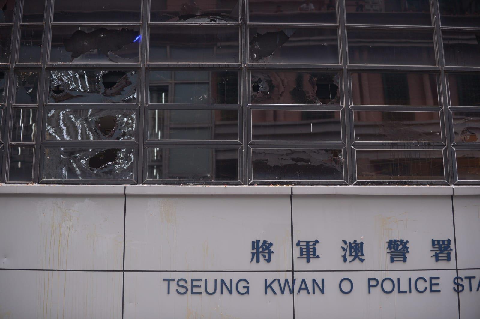 示威者毁壞警署多扇玻璃窗