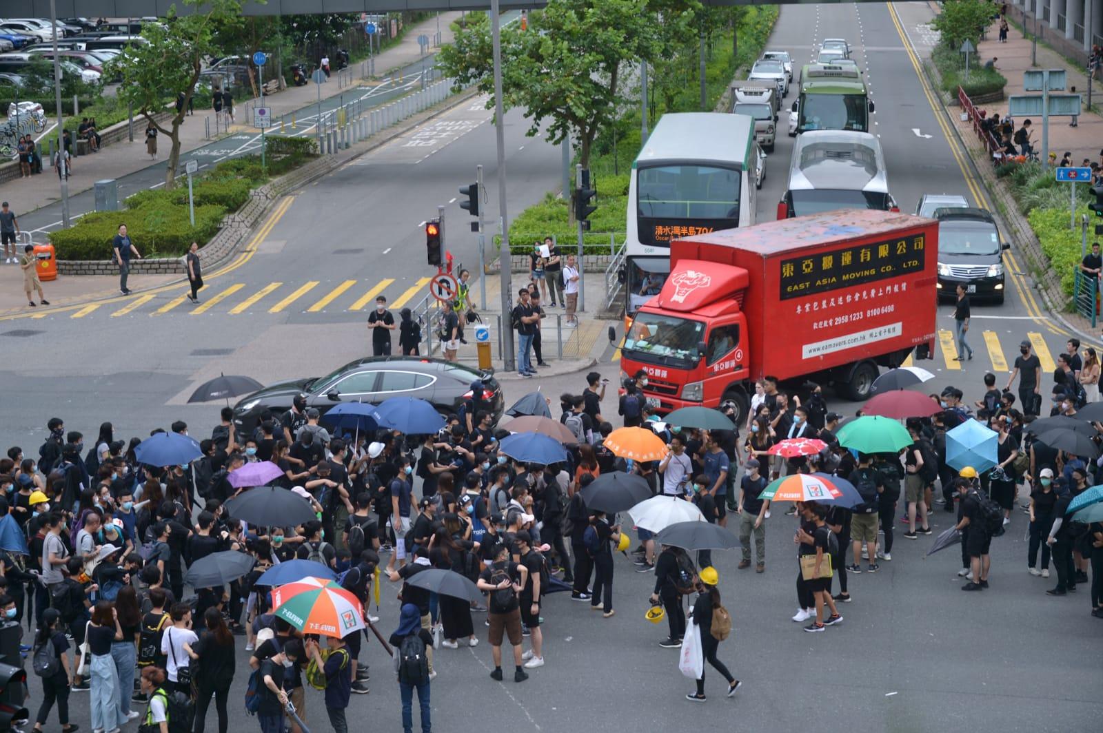 大批示威者在將軍澳堵塞馬路。