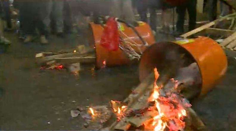 示威者縱火焚燒雜物。無綫新聞截圖