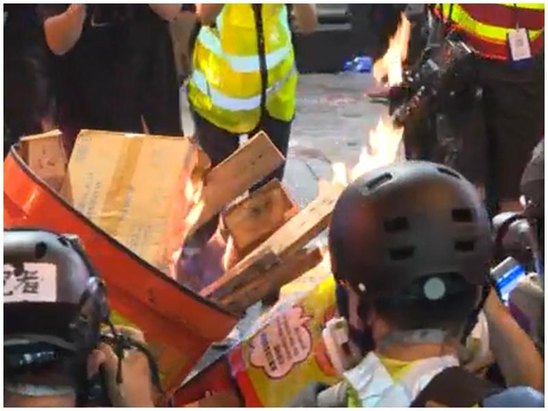 示威者焚燒雜物。Nowtv截圖