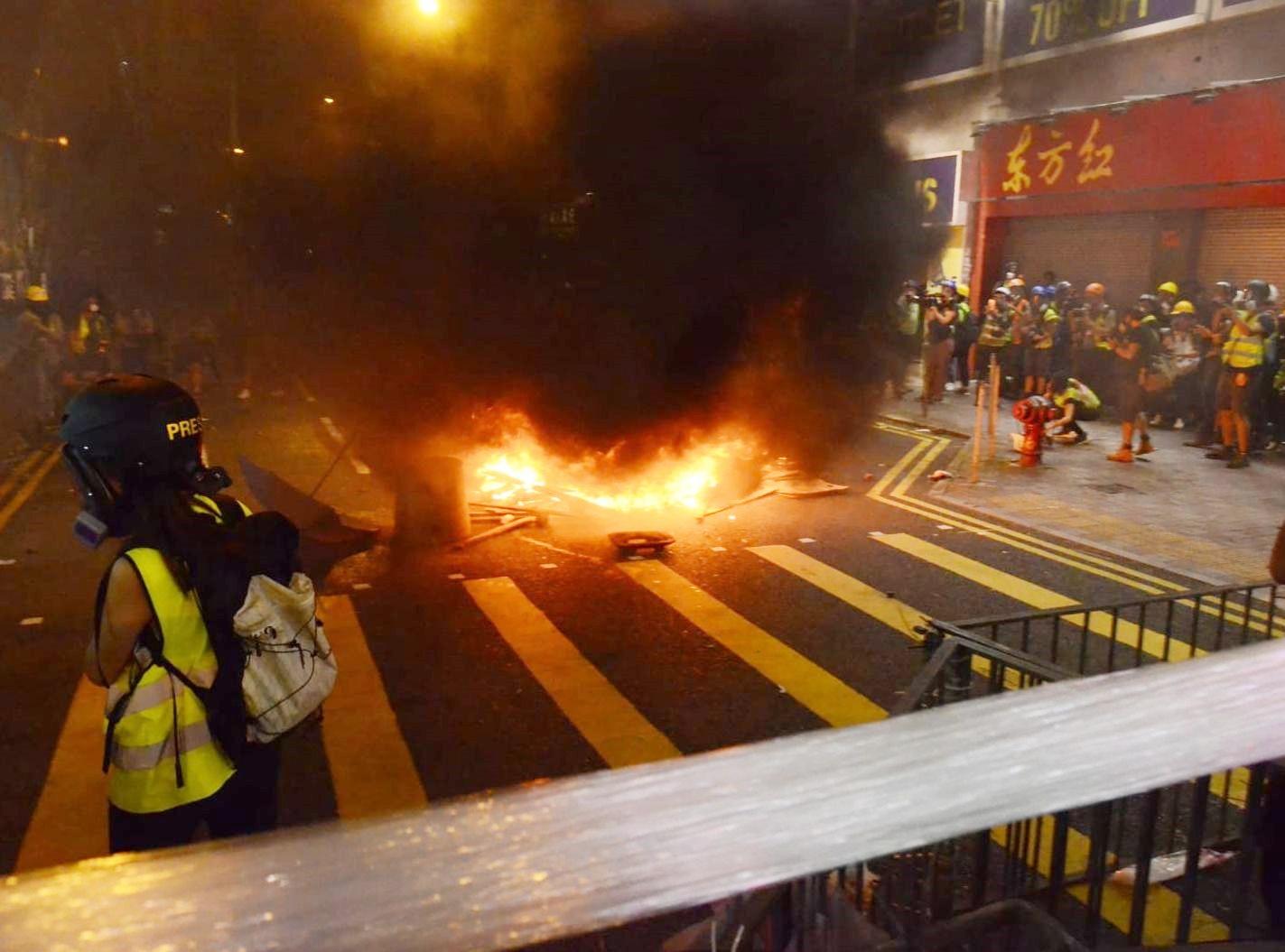 【堵塞紅隧】示威者焚燒雜物放推車衝向警察 警斥嚴重威脅人身安全