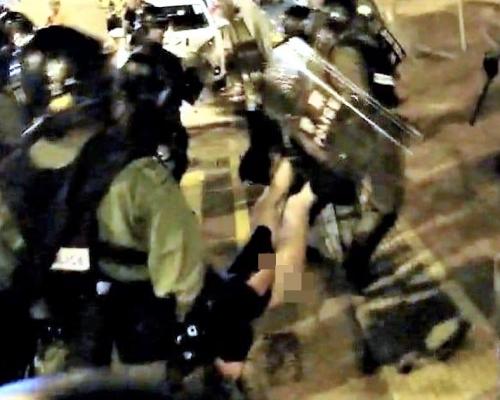 天水圍警署抬女示威者致「走光」 警指對方激烈掙扎