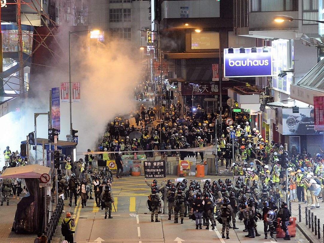 警方指示威者暴力升級 迫不得已施放催淚彈