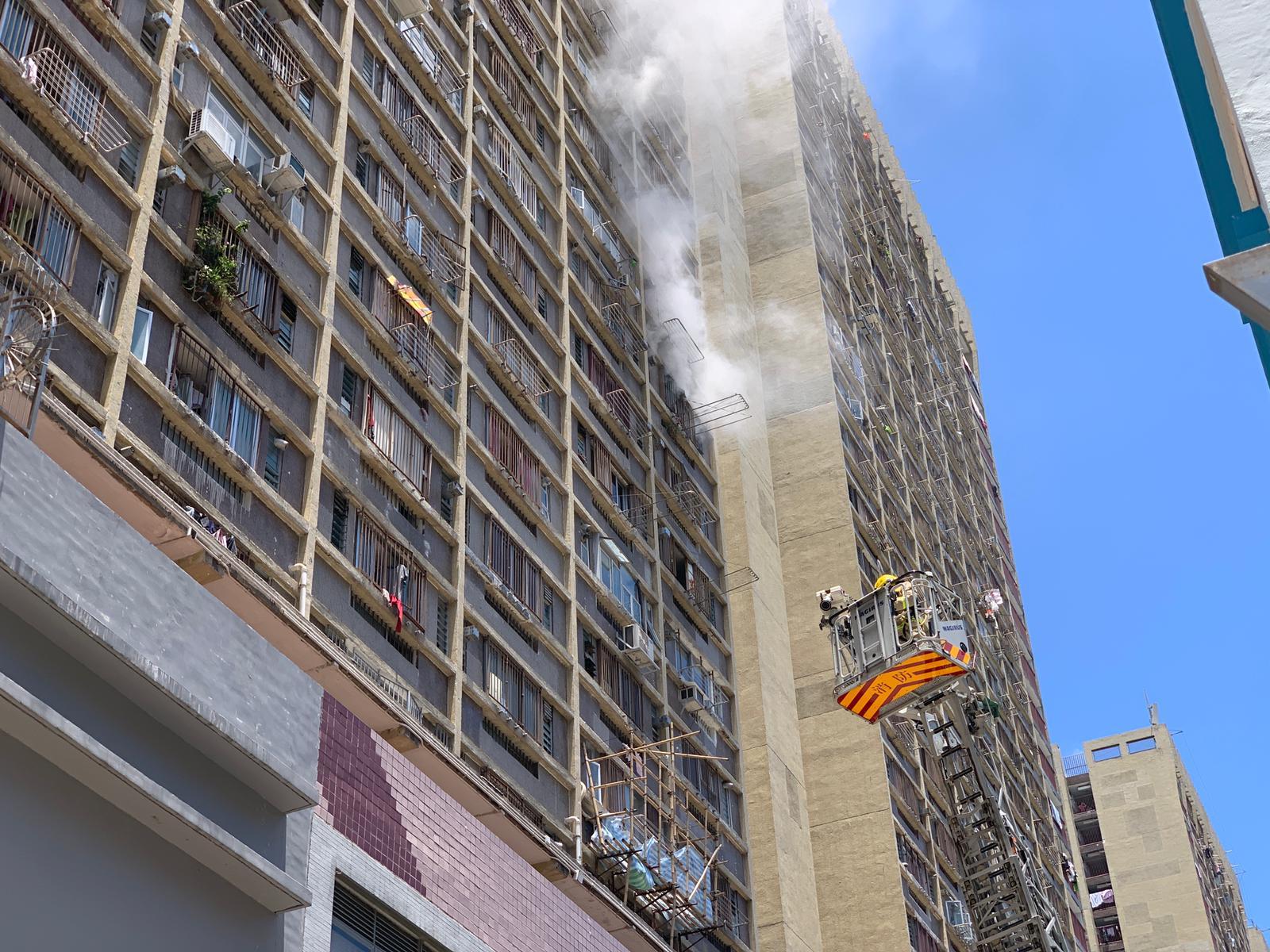 消防出動雲梯灌救。
