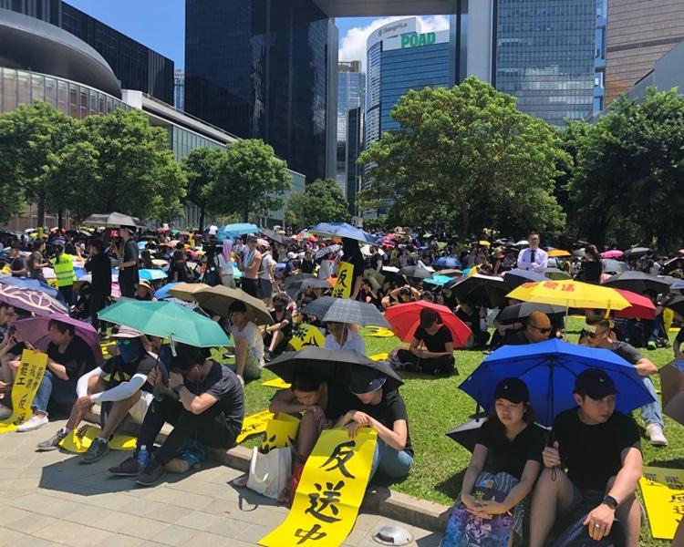 集會人士坐滿整個添馬公園。
