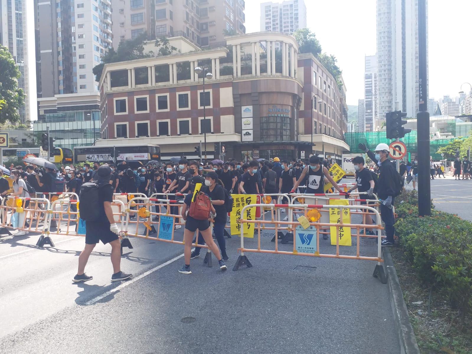 荃灣的示威人流轉往楊屋道