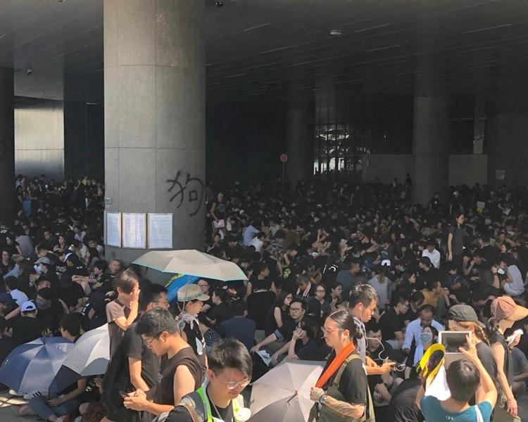 集會人士坐滿俗稱「煲底」的立法會示威區。