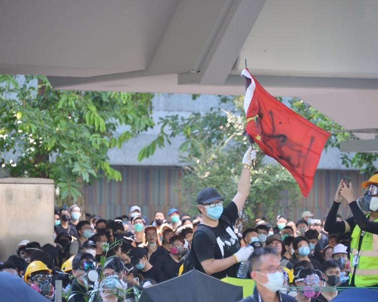 警方對示威者對峙。