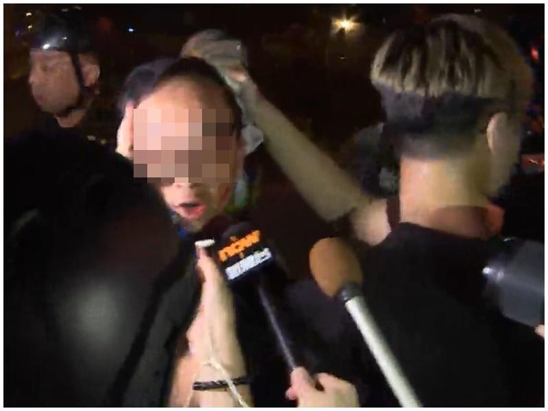 男子向傳媒怒斥無辜被警察誤打。Now新聞截圖