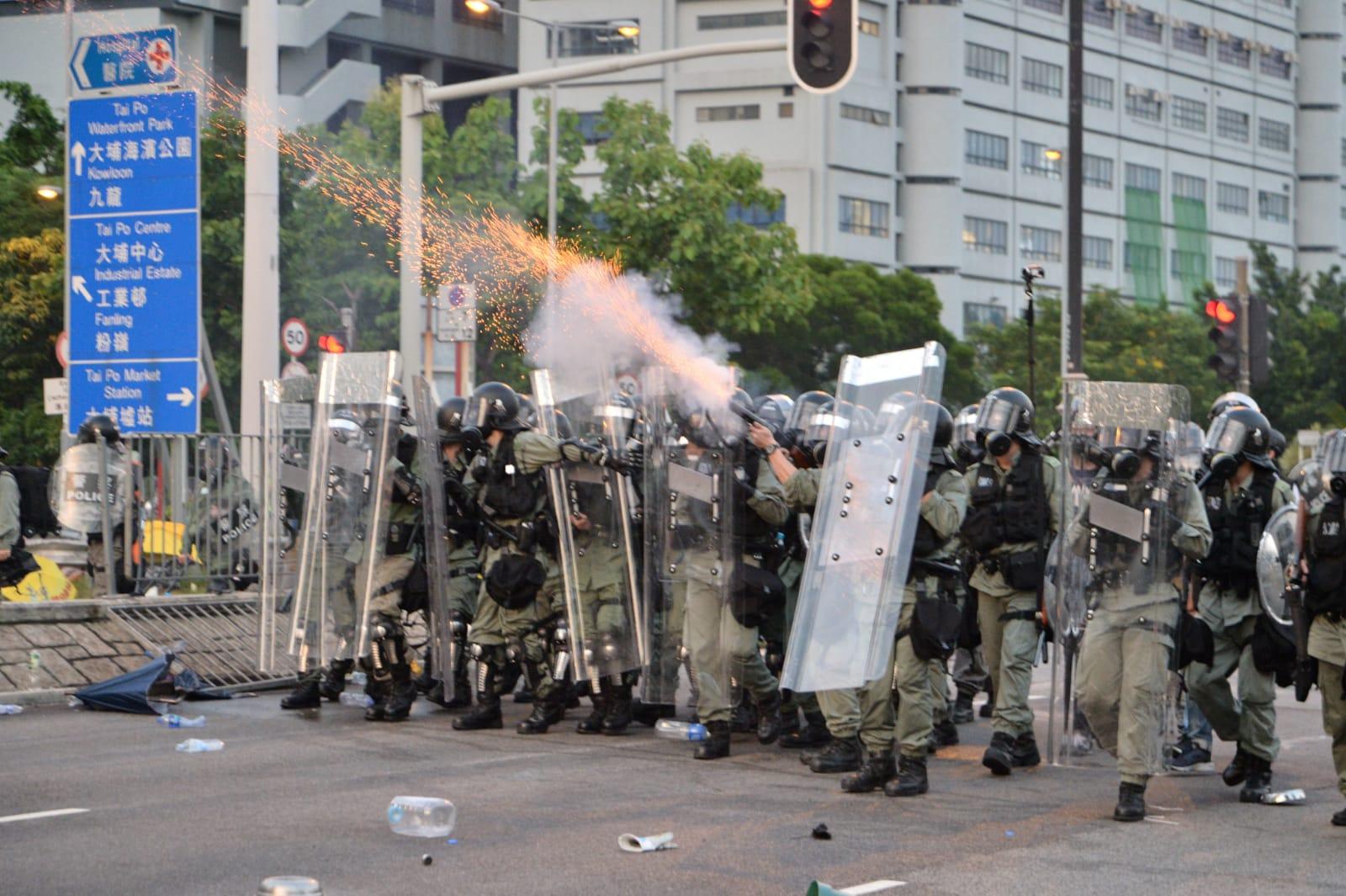 大批示威者在港九新界多個地區與防爆警察爆發激烈衝突