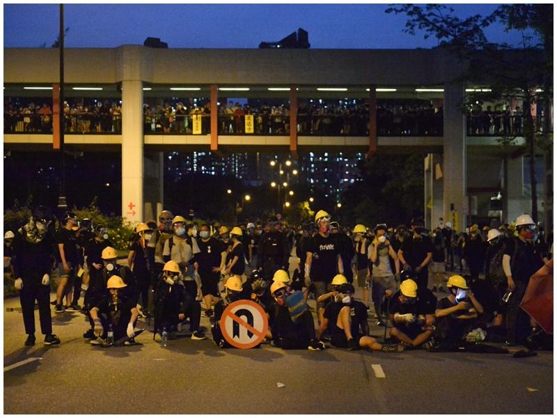 示威者入夜後仍未散去。